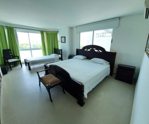 habitacion con cama doble y sencilla en madera color wengue, mesas de noche, aire acondicionado, closet grande en madera