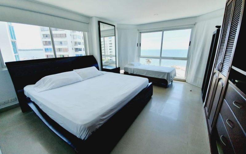 habitacion con cama doble y sencilla en madera color wengue, closet grande de pared a pared en madera color wengue