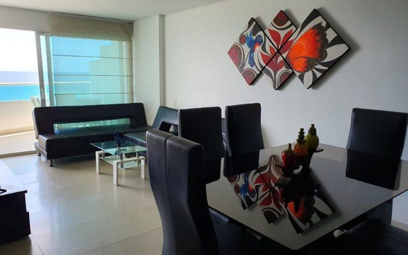 comedor de seis puestos en cuero color negro, mesa en vidrio y dos sofas en cuero color negro con mesa de centro en vidrio